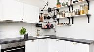 Kā mazā virtuvē atrast vietu sadzīves tehnikai? Iesaka interjera dizainere