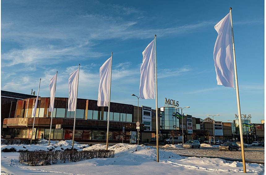 Nesagaidot valsts atbalstu nomai, tirdzniecības centri izkar baltus karogus