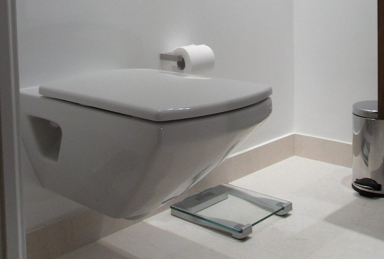 Kā uzstādīt piekaramo tualetes podu?
