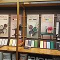 Flugger krāsas toņu parugu stends veikalā Profcentrs